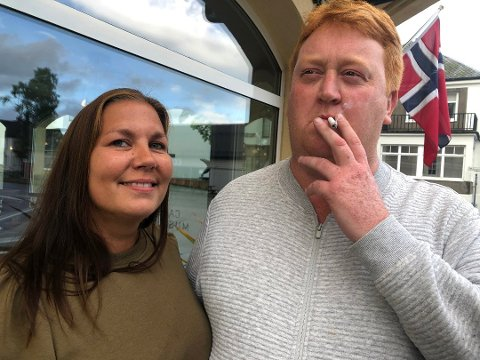 RØYK: Samboerparet Marita O. Harja og Tor Kristian Stensrud håper ferjene snart starter opp. Deres last for sigaretter er ikke bærekraftig, nå som henne er permittert og han er arbeidsledig. Foto: Atle Møller
