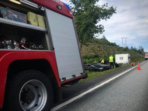 Brannvesenet er på stedet for å bistå etter ulykken.