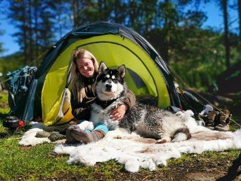 TURKLARE: Stine Cecilie Milasen og hunden Nanook skal nå gå Norge på langs. Helt fra Nordkapp til Lindesnes.