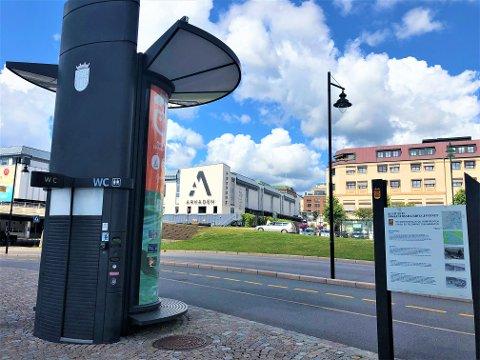 ET STYKKE Å GÅ: Nærmeste offentlige toalett til Langbryggene ligger oppe ved isbaren på Skien brygge.