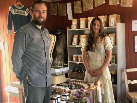 FLYTTET HJEM: Lars Gunnar og Felicia flyttet hjem igjen for å gjenåpne oldefarens gamle landhandel. Foto: privat.