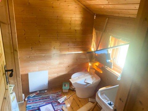 DYNAMITTSALVE GIKK GALT: Slik så det inni og utenfor hytten som ble skadet etter en av to sprengingsulykker i Telemark i juni. Sveip for flere bilder.