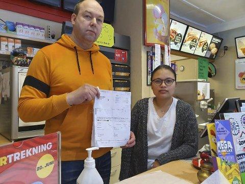 REAGERER: Imko og Sheilame Gerrits fikk sjokk da de fikk et tobakksgebyr pålydende 4700 kroner i posten. – Det er mye penger for en kiosk, sier Imko.
