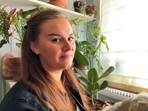 TERAPI MOT ANGSTEN: Vera Simonsen (25) har fylt sitt 10 kvadratmeter store soverom med 32 planter. Hun mener den livslange kampen mot angst blir lettere i et grønt miljø.