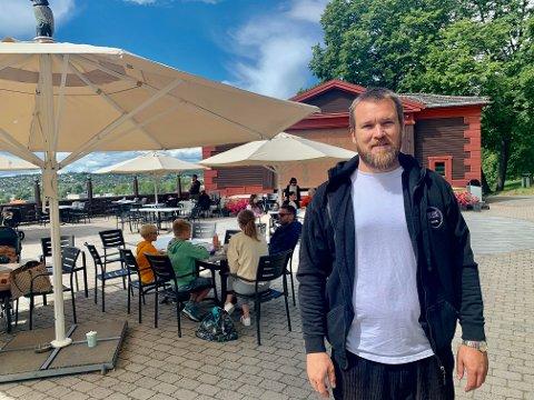 PARKBEATS: Aleksander Stensrød Andreasen er vikar på Telemark museum, der det både er parkprat og beats for tiden.