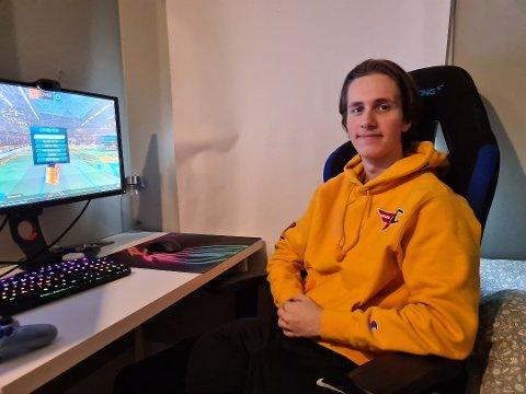 Sebastian Ferrada Falch(17) anslår at han bruker to-fem timer på Rocket League hver dag.