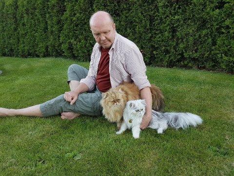 Jonny Hansen (52) sammen med kattene Basse (1) og Max (5) Foto: Privat