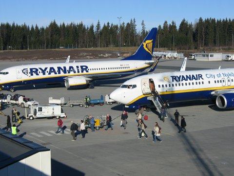 KARANTENE: Onsdag landet det to Ryanair-fly fra Spania på Torp. Nå venter ti dagers karantene for alle passasjerene.