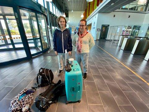 HIT, MEN...: Thomas Pettersen og Bente Nilsen hadde gledet seg til å besøke i Danmark å komme fram søndag kveld, men kom ikke videre fra ferjeterminalen i Larvik. – Vi fikk beskjed på bussen hit, men da var det for sent. Foto: Henning Rugsveen