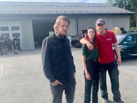 """SISTE DAG: Torsdag var det siste dag med gjengen. Regissør Daniel Fahre med skuespillerne Odin Waage og Maja Christiansen i """"Rådebank""""."""