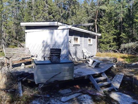 KLAR FOR RIVING: Denne hytta ble satt opp for rundt fem år siden. Eieren opplyser at de nå vil fjerne den.