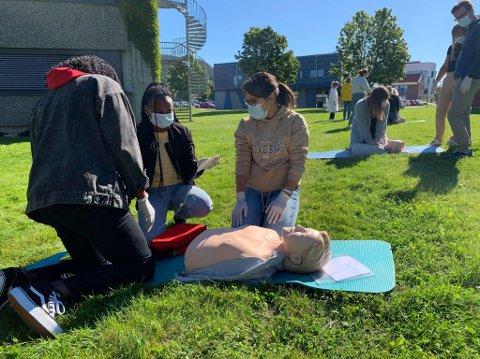 UTEUNDERVISNING: Tahera Barbai, Kifle Belul og Martha Massini er i gang med førstehjelp og synes det er positivt med tilnærmet normal undervisning.