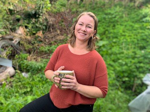 """EGEN TE: Elisabeth serverer gjerne en kopp """"bakgårds-te"""", fra egen """"ugress-hage""""."""