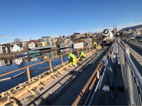 FIKK KRITIKK: Ordfører Hedda Foss Five fikk kraftig kritikk for prosessen fram til at dette byggearbidet på Damfossbrua ble startet. Uten politisk vedtak.