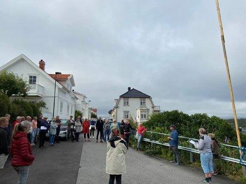 BEFARING: Planken til høyre i bildet skal vise mønehøyden på det planlagte huset, som har blitt godkjent, men som naboer har klaget på.