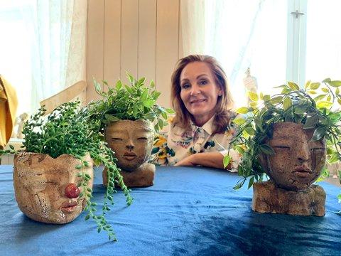 MANGE ANSIKTER: Nina Dahl, sammen med blomsterpottene hennes som har blitt svært populære.