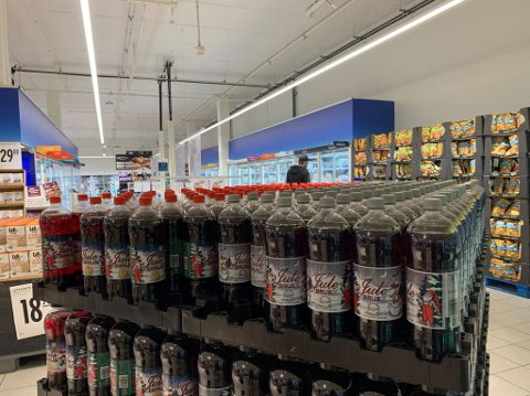 PÅ PLASS: I byens Rema 1000-butikker kan du allerede nå få kjøpt julebrusen til Grans.