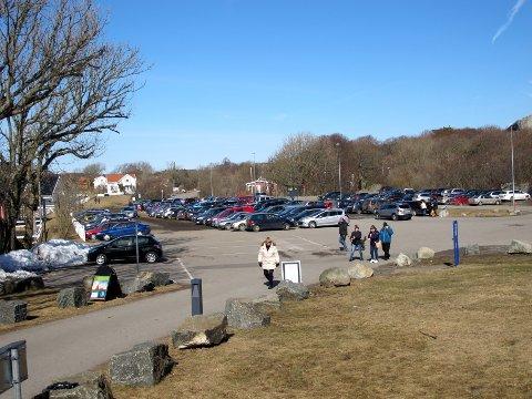 HENTET NARKOTIKA: Her på parkeringsplassen på Verdens Ende på Tjøme i Vestfold skal den tiltalte snekkeren (32) ha fått to ryggsekker av ukjente menn. Han hevder han ikke visste det var amfetamin da han hentet dem.