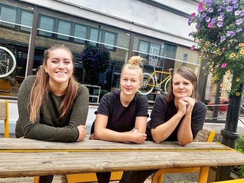 ENDELIG ÅPENT: Diana Campos, Ida Malen Birkeland og Ida Chr. Kvisgaard gleder seg til nye runder med Morgenkaffe og åpen kaffebar i Kverndalen igjen.