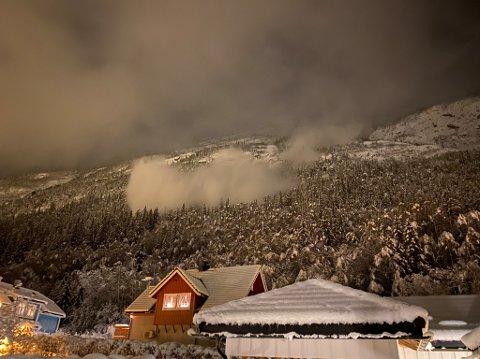 RAS FRA SVADDENIPA: Stein Øyvind Bystrøm rakk og ta tre gode bilder av to snøras fra Svaddenipa på Rjukan kloka 21 lørdag kveld.