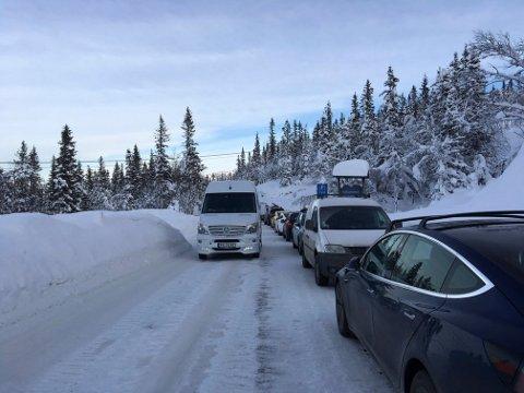 SIKKERHET: Biler fra Svineroi og langt innover på Kvitåvatnvegen lørdag hemmet framkommeligheten til og fra Gaustaområdet.