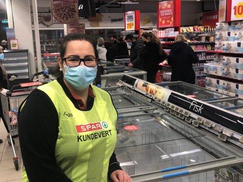 STRØMBRUDD: Kjøpmann Camilla Schmidt Andersen hos Spar Kjørbekk solgte unna alle frysevarene på billigsalg torsdag for å slippe å kaste dem. Foto: Per B. Johansen