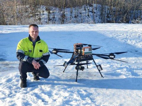 FREMTIDEN: Morten Gøytil fra Skagerak nett er imponert over hva de selvgående dronene kan gjøre. Dronen måler 2,7 meter fra vingetupp til vingetupp, og veier 25 kilo.