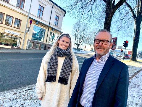 STOR INTERESSE: Ole-Martin Meland og kollega Vilde Steinmoen hos Eie eiendomsmegling forteller om stor interesse for fjellhytter for tiden.