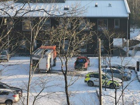 UTRYKNING: Politi og brannvesen rykket ut til Nustadbakken torsdag ettermiddag etter brann i en av leilighetene.
