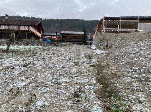 RETTSSAK: TIl venstre er Mikkel Haugens hus og til høyre ser vi kommunens nybygg som Mikkel mener er 70 centimeter fra tomta hans. I mai møtes partene i retten.