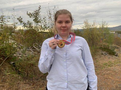 HISTORISK: Ida Øberg er første kvinnelige vinner av gull i junior-NM i bridge.