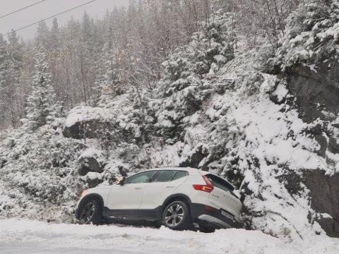 I GRØFTA:  En Volvo kjørte i grøfta på det glatte føret i Svineroivegen.  Det er sleipt og glatt føre på strekningen.(foto Torfinn Skåttet)