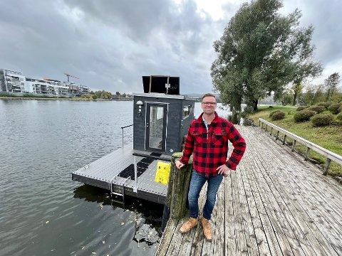 NY SATSING: Denne uka setter Carl Magnus Sjøgren Johre ut nok en badstuebåt på Hjellevannet. Den skal fortøyes ved brygga på Klosterøya, som ses i bakgrunnen.
