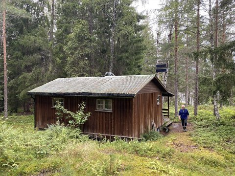 Hytta er oppført i 1974, og framstår som enkel.