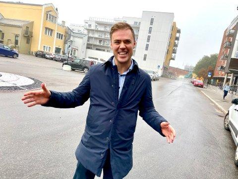 ORIGINAL TYPE: Kristoffer Ingebretsen lager humoristiske videoer han publiserer på Instagram når han selger eiendommer. - Uansett hvor seriøse folk er, liker vi litt humor, sier eiendomsmegleren.