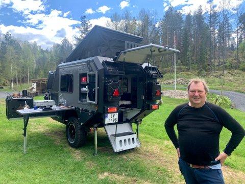 MANGE IDÉER: Per Inge Isaksen har mange idéer. I sommer leide han ut denne spesielle campingvognen, som han nå skal selge.