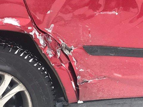 STAKK AV: Bilisten som påførte denne Mitshubisien disse skadene i helga har ikke meldt seg. Nå blir påkjørselen anmeldt til politiet. (foto privat) .