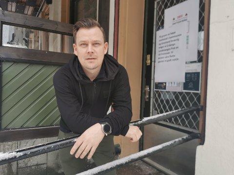 FORTSATT STENGT: Daglig leder Tommy Johnsen ved Lundetangen pub må fortsette med stengte dører. Men sier de vurderer muligheter for å åpne fortløpende.