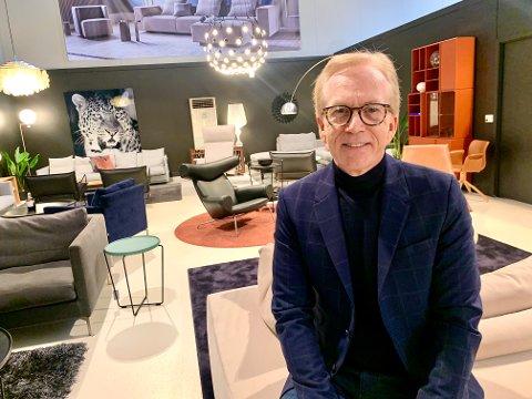 GLEDELIG: Morten Jacobsen og Møbelgalleriet har hatt gode måneder tross pandemi og restriksjoner. - Det er gledelig å se at folk bruker fysiske butikker tross den tiden vi er inne i nå.