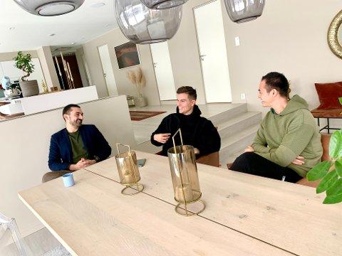 HEIAGJENG: Aziz Chaer, Atle Pettersen og Henning Haugen er barndomskompiser og holder på tradisjoner og treffes jevnlig. Lørdag samler Aziz fem gjester hjemme i stua for å heie på Atle som står på scenen i den norske MGP-finalen.