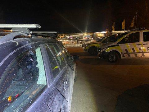 SKADER: Flere biler skal ha fått omfattende skader etter fyrverkeriet.