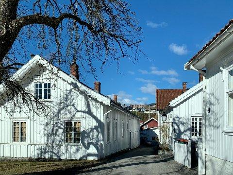 TETT: Den gamle trehusbebyggelsen i Brevik ligger tett i tett. Her fra øya.