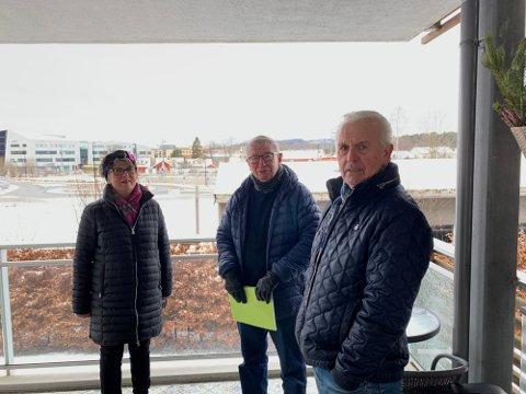 NY UTSIKT: Anna Augestad, Tor Ellefsen og Magne Hansen på verandaen til Magne Hansen. Utsikten mot byen i bakkant vil bli endret, men de har nå fått justert ned høyden på butikken som skal komme, noe.