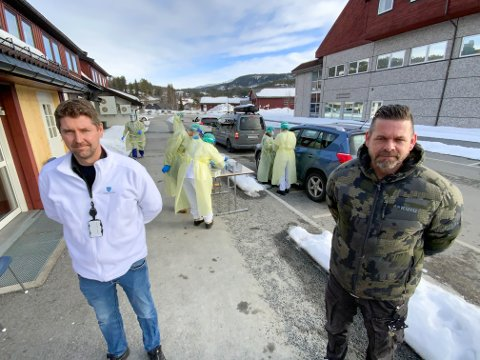 VELSMURT MASKINERI: Kenneth Haugland, avdelingsleder for både legetjenesten i Vinje og Tokke/Vinje legevakt og kommuneoverlege Marius Opsahl, testet torsdag 100 personer i rekordfart.