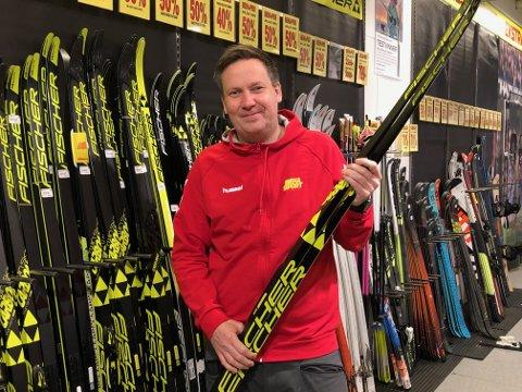 FORNØYD: Daglig leder Espen Hagen forteller at salget av ski skøyt i taket i vinter. Munnbindet er tatt av for bildet. Foto: Per B. Johansen