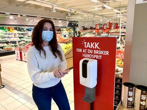 MUNNBIND PÅBUD: Vi både oppfordrer og anbefaler kunden om å bruke munnbind, men jeg tror det vil være et sterkere og mer vellykket tiltak om det er påkrevd, sier Margit Bakken, senterleder på Tuvensenteret.