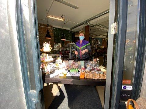FLYTTET UT: Jeanette har flyttet salget av varene ut. Lokalene har hun stengt av.