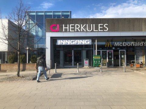 FLERE HOLDER ÅPENT: Apoteker, frisører og matbutikkene var blant dem som holder åpent på kjøpesentrene. På Herkules var alle inngangen åpent som vanlig mandag formiddag. Foto: Per B. Johansen