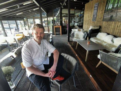 VANSKELIG: Thor Ingo Gabrielsen, leder for Strøm mat og bar, synes det er vanskelig å drive når den ene innstramningen etter den andre kommer over næringslivet.  Bildet er tatt i mars 2020 da den første nedstengningen var et faktum.
