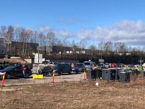 LANGE KØER: Det har vært lange køer ved gjenvinningsstasjonene i Porsgrunn og Skien denne uken. Det er også ventet mye folk de neste ukene. Foto: Per B. Johansen